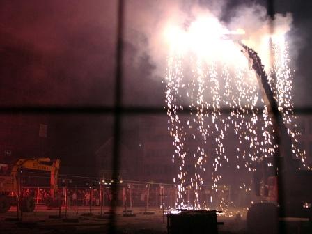 LICHTROUTEN, Baggertanz im Feuerwerk, Performance mit Baggern und Baustellenkran, zur Eröffnung, Lüdenscheid