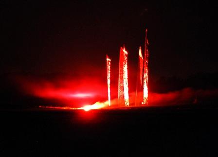 fahneninstallation mit pyrotechnischen illuminationen