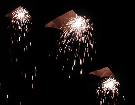 delta drachen mit feuerwerk, nachtfliegen mit pyrotechnik