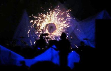 Sonne zu Solarmusic, 40 Jahre Burg Herzberg Festival, Bühnenfeuerwerk für die Band GROBSCHNITT