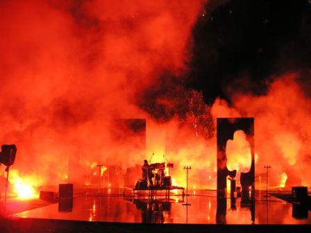 in gross klicken - Trommelfeuerwerk, Trommel- und Feuerwerkpeformance mit Wolf Köss und Uwe Gryzbeck